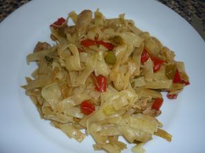 krůtí maso na feferonkovém oleji, zelenina  a nudle