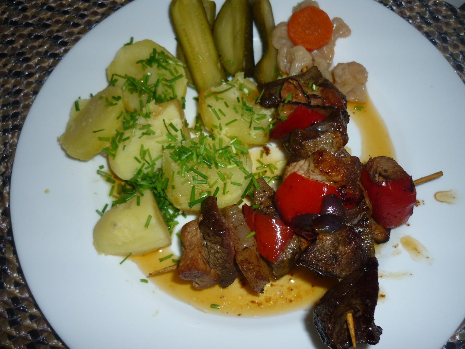 Což dát si něco k snědku - dnešní oběd- vepř. maso a játra , paprika ,cibule  ,slanina