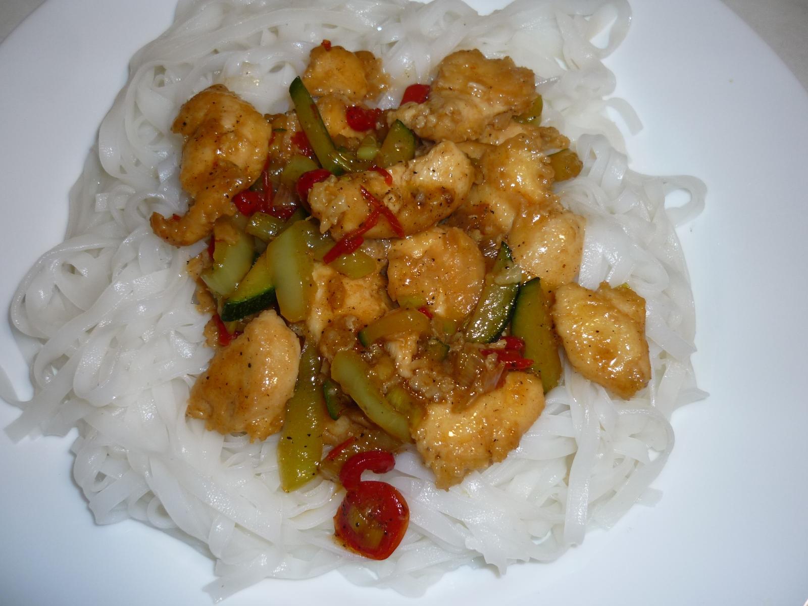 Což dát si něco k snědku - rýžové nudle  kuř.prsa se zeleninou