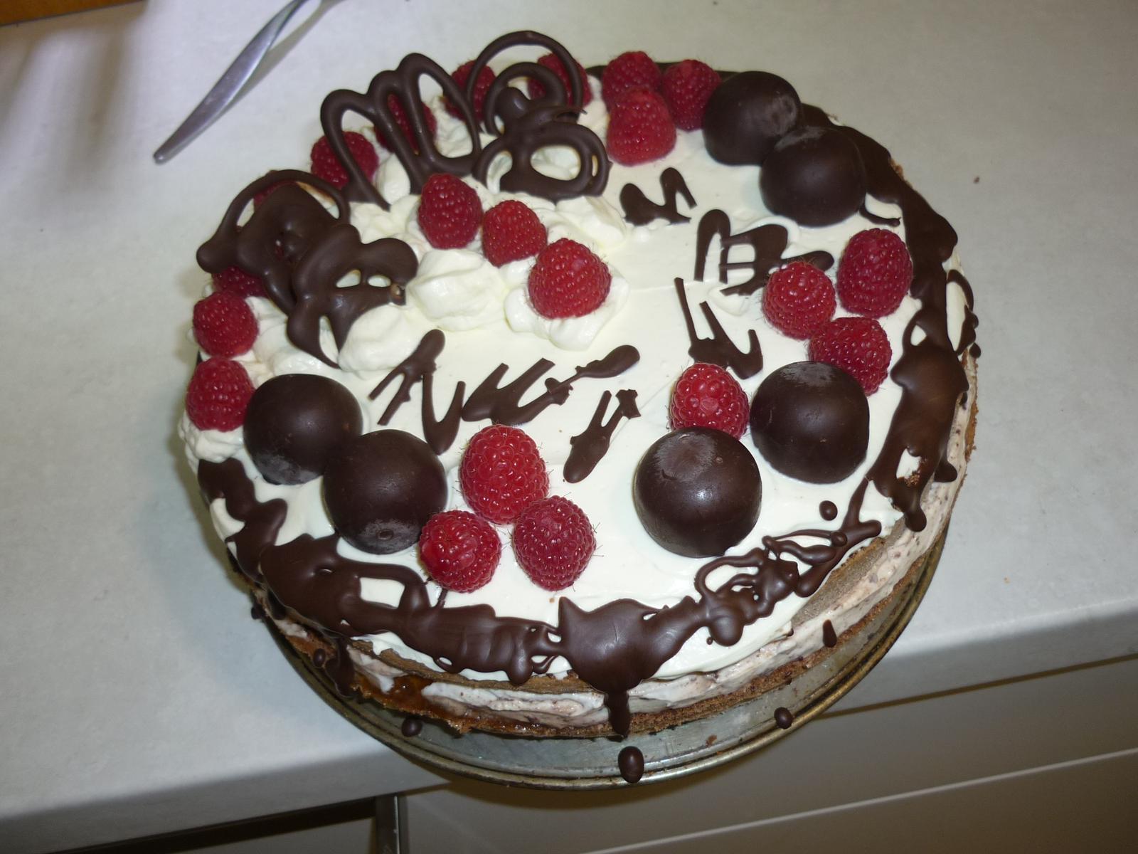 Což dát si něco k snědku - Můj první nahej dort - koukám,že koulím to v lednici nesvědčí - nějak začaly šednout -kdyžtak je zítra vyměním