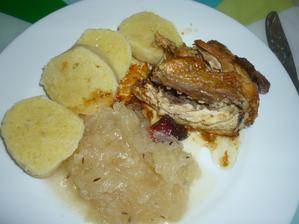 pečené kuře , kedlubnové zeí a bramb. knedlík