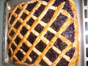 škvarkový koláč s domácí  bezinkovojablečnou marmeládou