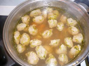 polévka s játrovými noky ,nudlemi a zeleninou
