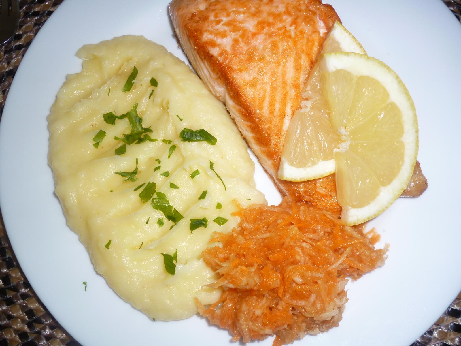 Což dát si něco k snědku - losos na másle s kaší a mrkvovým salátem-dieta