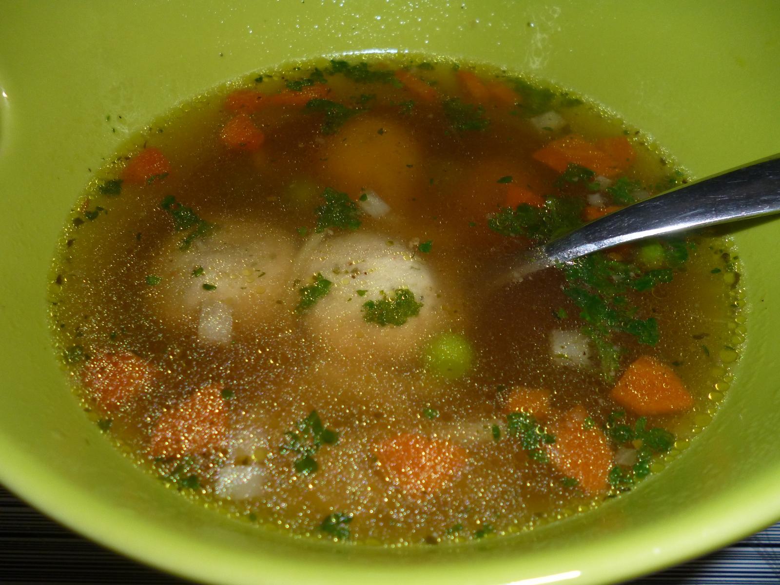 Což dát si něco k snědku - polévka s drožďovými knedlíčky mňam