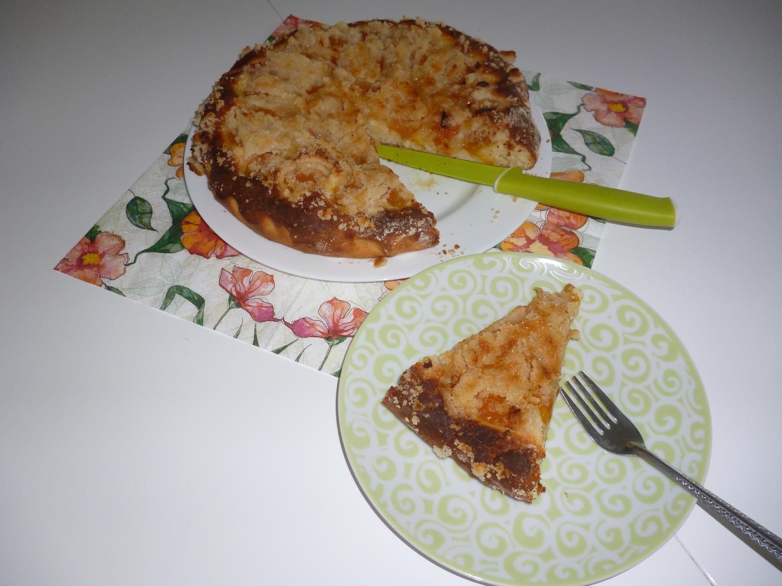 Což dát si něco k snědku - kynutý koláč s meruňkami a drobenkou