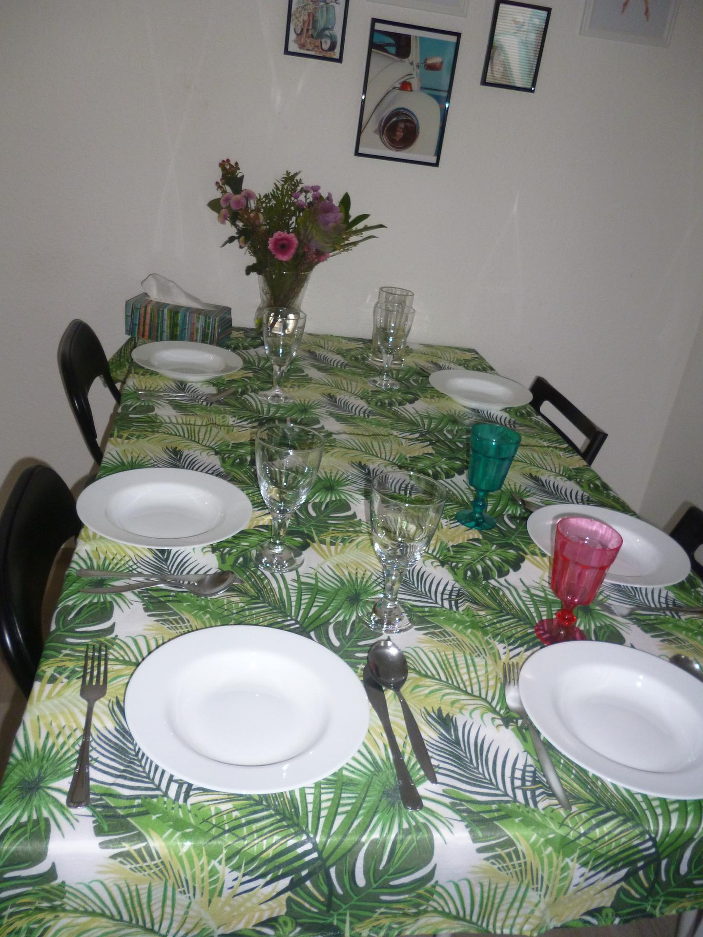Stůl - příprava na sobotní oběd