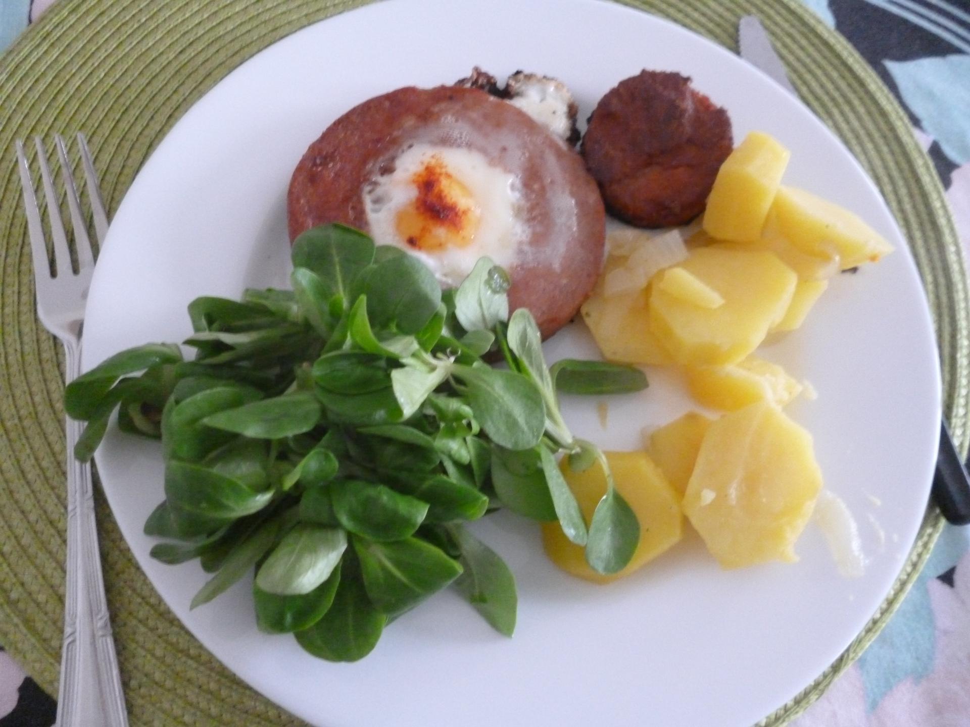 Což dát si něco k snědku - dnes bůvolí oko-lanšmit vykrojený a do něj klepnuté vejce