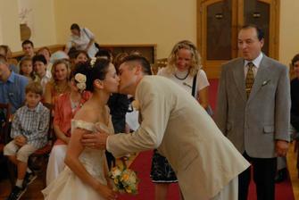 Novomanželský polibek.