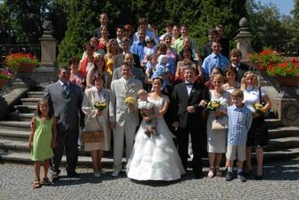 Všichni svatebčané.
