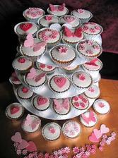 takto si s malými obmenami predstavujem našu svadobnú cupcakes-tortu :-)