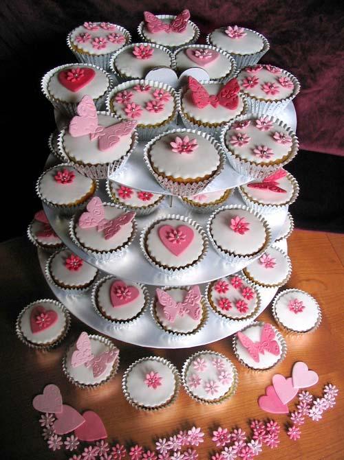 ♫ Keď sa sny plnia. . . ♫♪ - takto si s malými obmenami predstavujem našu svadobnú cupcakes-tortu :-)