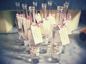 pripravene,flaše k svadobnému stolu...