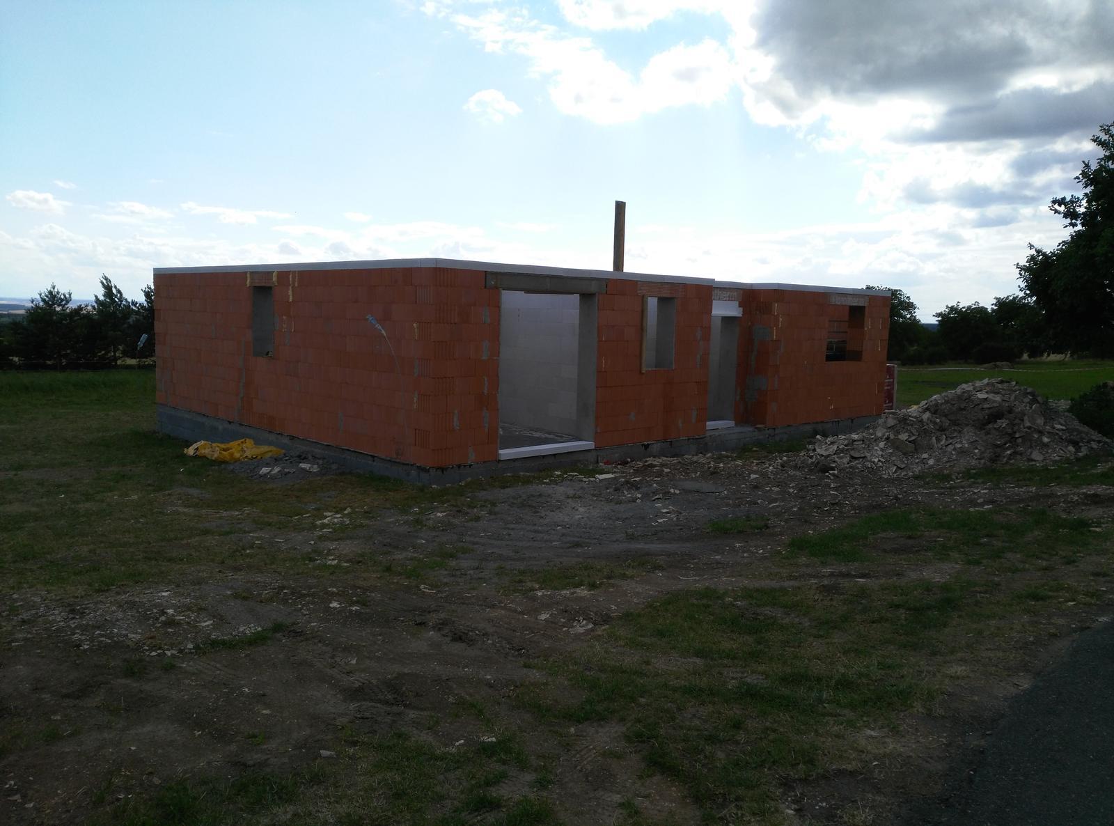 Nosné zdí a příčky jsou hotové.. za par dní bude domeček pod střechou..:-) - Obrázek č. 1