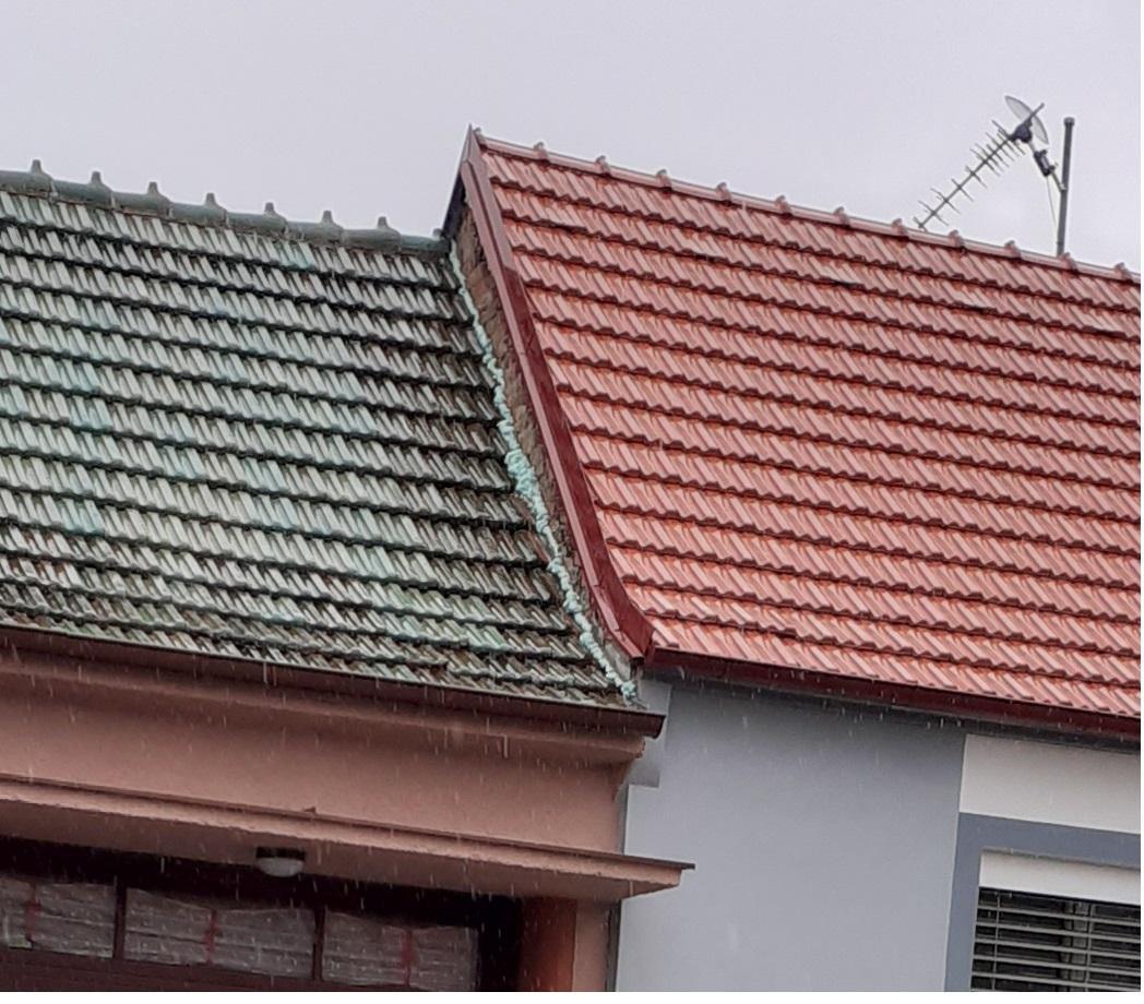 Co říkáte na takovéto řešení zakončení té nižší střechy u štítu proti zatékání vody? Tou montážní pěnou.  =-)  No a co teď s tím ten profesionální zedník asi míní? - Obrázek č. 1