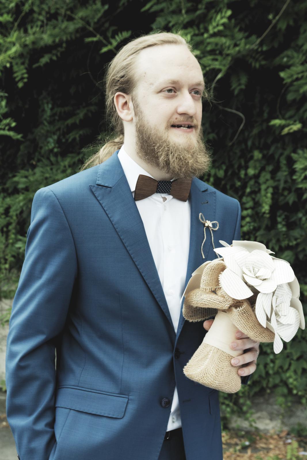 Katka{{_AND_}}Matej - Pán manžel s mojou milovanou kytickou, kde je náš príbeh. :)