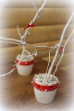 Črepníčky s konárikmi ako dekorácia na stoly