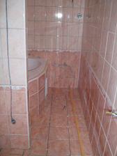 Koupelna je konečně obložená, už jen vyspárovat