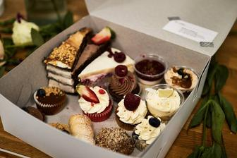 Před měsícem, jsme byli na ochutnávce svatebních dezertu v B-Cake a doteď mám nebe v puse ♥ nic lepšího jsem snad ještě nejedla, takže holky moc doporučuju :)