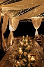 Takže, plán B. Zlaté ubrusy nedošly, takže na stole budou tmavě modré ubrusy a dekorace budou zlaté :)