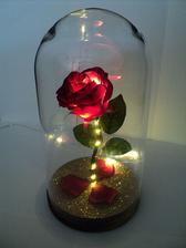 Růže s poklopem, aby na ni netáhlo, další s dekorací na stůl :)