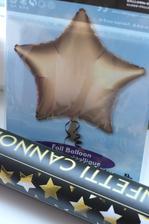 Když jsme byli nakupovat balonky přítel se zamiloval do střílecích konfet :D a když byly ve tvaru hvězdiček měli jsme jasno! :D
