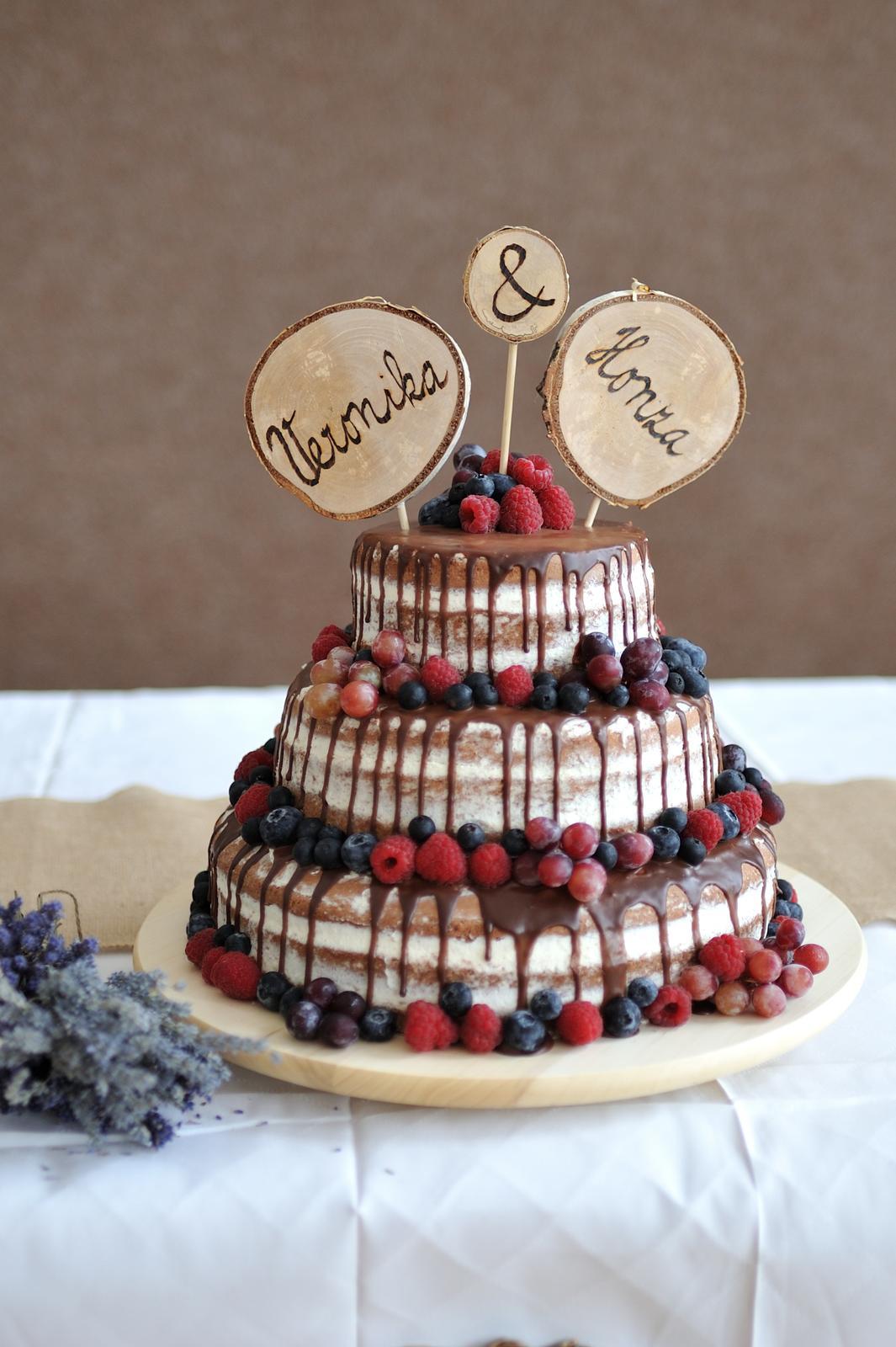 Ze svatby - Zápichy do dortu - vlastnoručně vypálená jména na březové kolečko, nasazené na silnější špejli, Dort od Maríí Šimánková Havlíčkův Brod (https://www.facebook.com/simi.mari)
