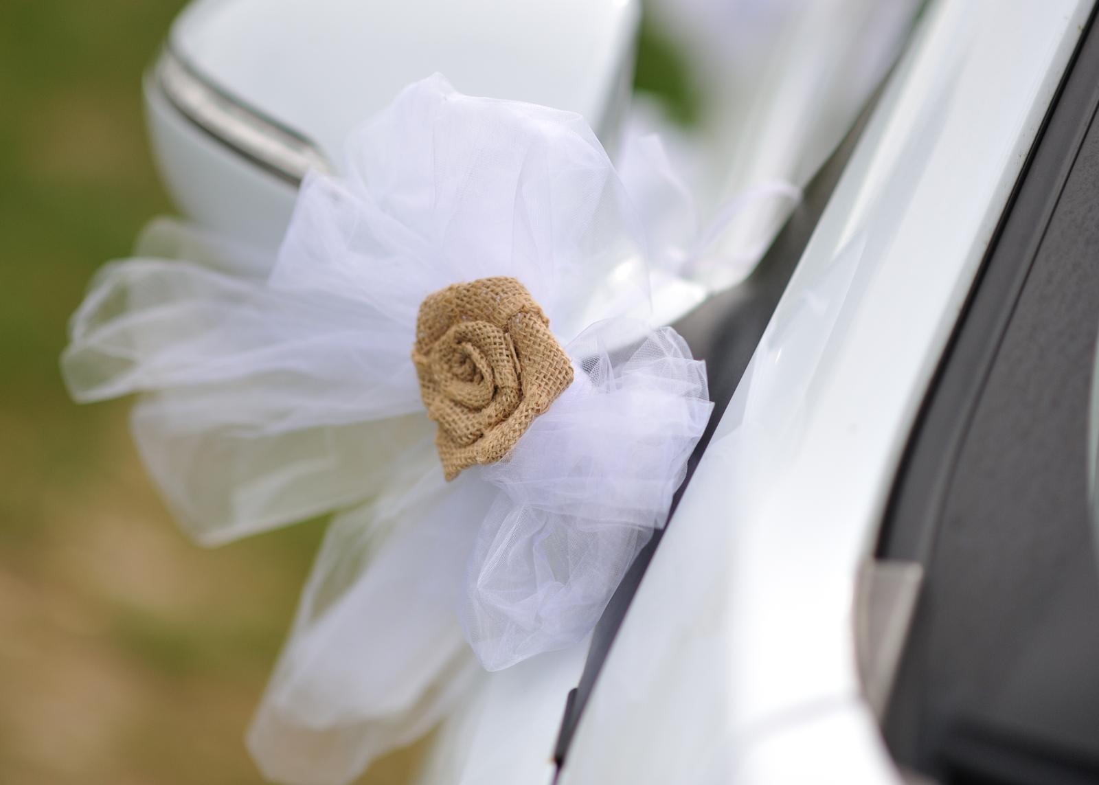 Ze svatby - Zdobení aut - jutová kytka z Ali nalepená na mašli z bílé organzy
