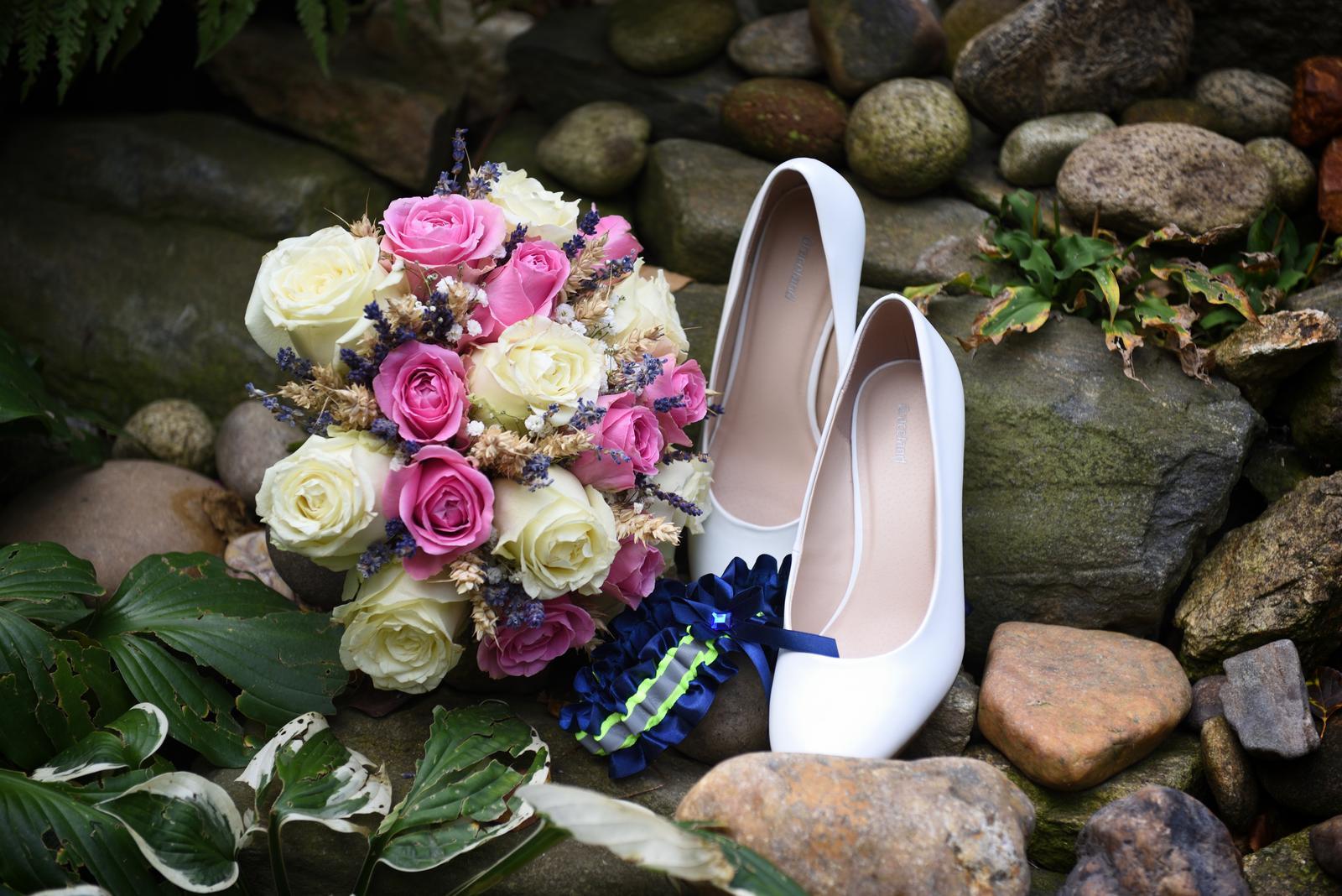 Ze svatby - Kytice - živé růže zbytek sušené květiny vázaná nevyučenou floristkou (17-ti letou)