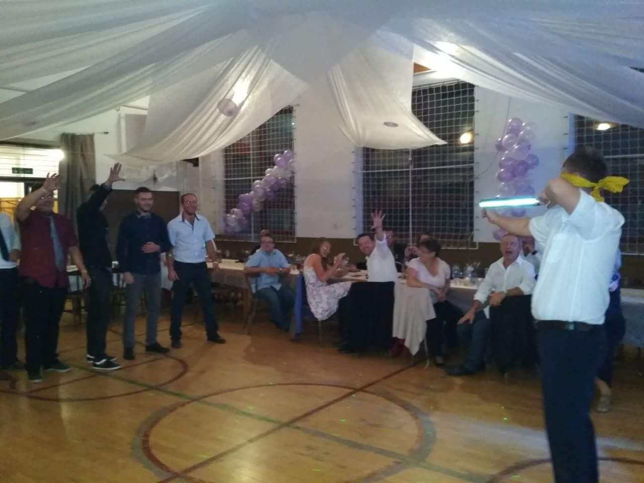 """Ze svatby - Výzdoba sálu - """"snížili"""" jsme strop v kulturáku pomocí netkané textilie bílé na zahrádku"""