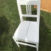Malá bílá dřevěná židlička,