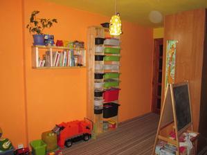 Knihovnu a regál na hračky dělal manžel :-)