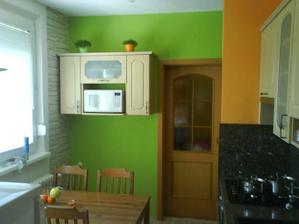 stol je dočasný musím vymysiet čo pod skrinku na zelenej stene, potom farby na stenu zmeniť - poradí mi niekto??