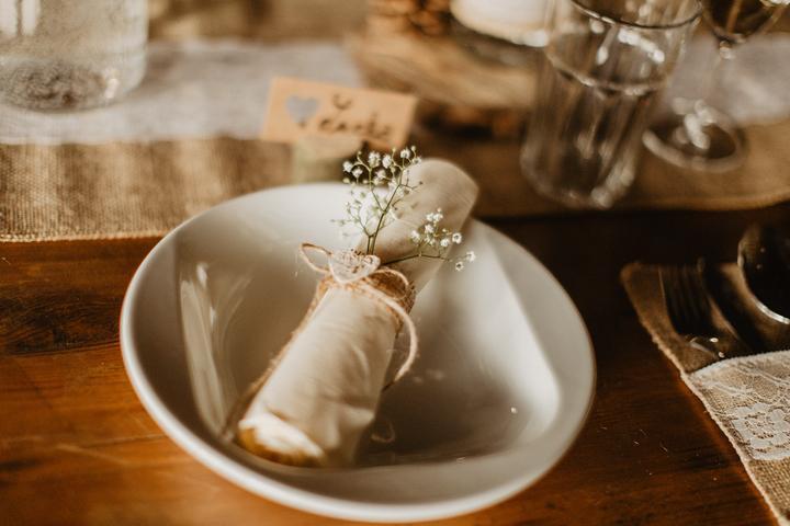 Svatební tabule v přírodním stylu -  inspirace.. - Ubrousek obyčejně připravený, ale ozdobený.
