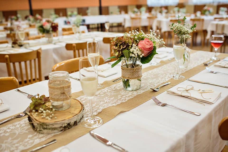 Svatební tabule v přírodním stylu -  inspirace.. - Hnědá a bíla, prostě pěkné. :-)