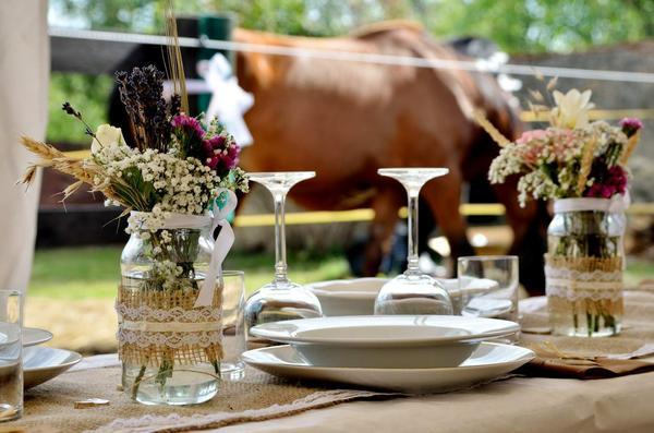 Svatební tabule v přírodním stylu -  inspirace.. - Ozdobnené obyčejné sklenice... :)