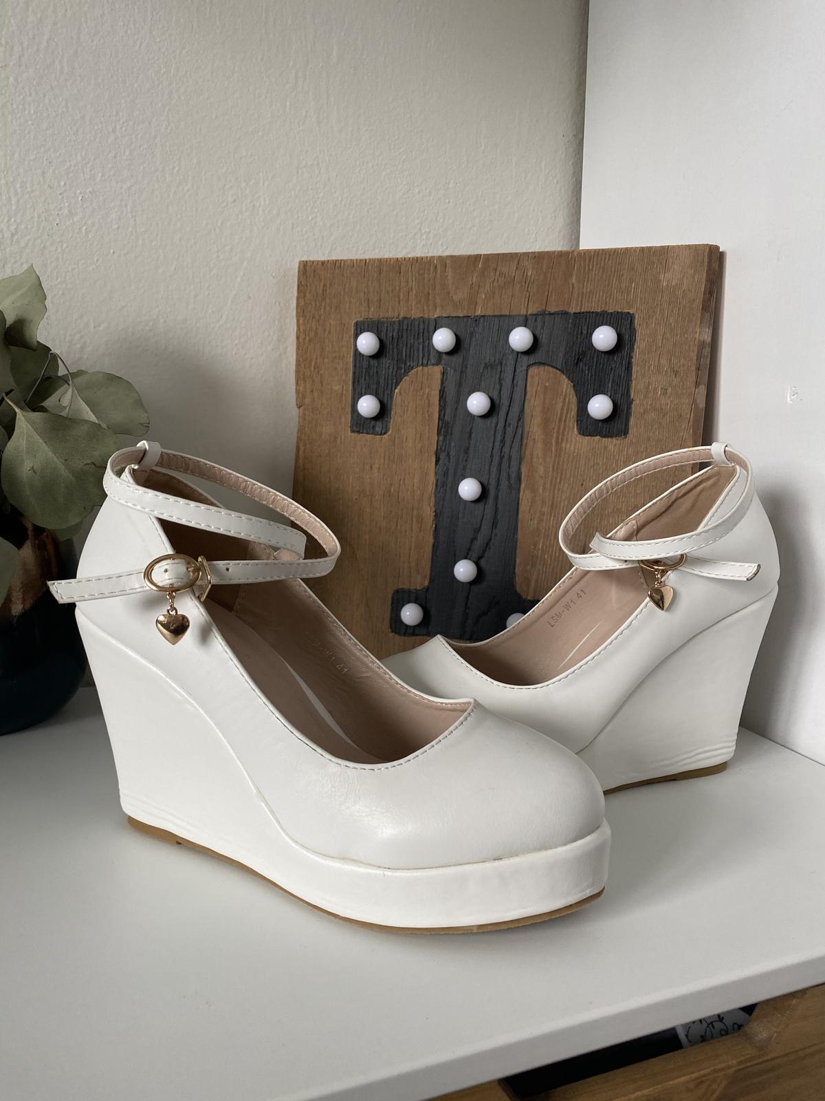 Svatební bílé boty na klínku - Obrázek č. 1