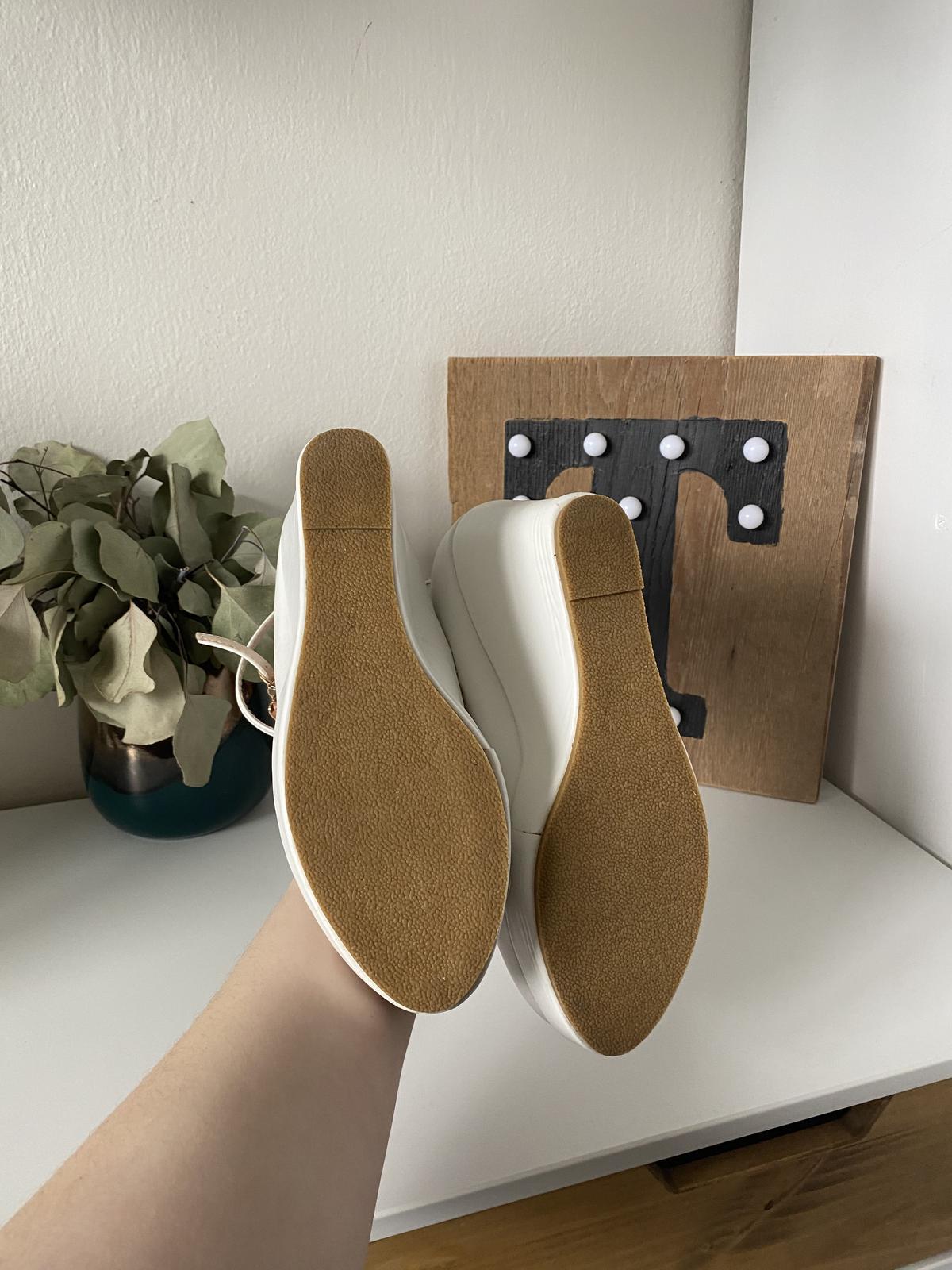 Svatební bílé boty na klínku - Obrázek č. 2