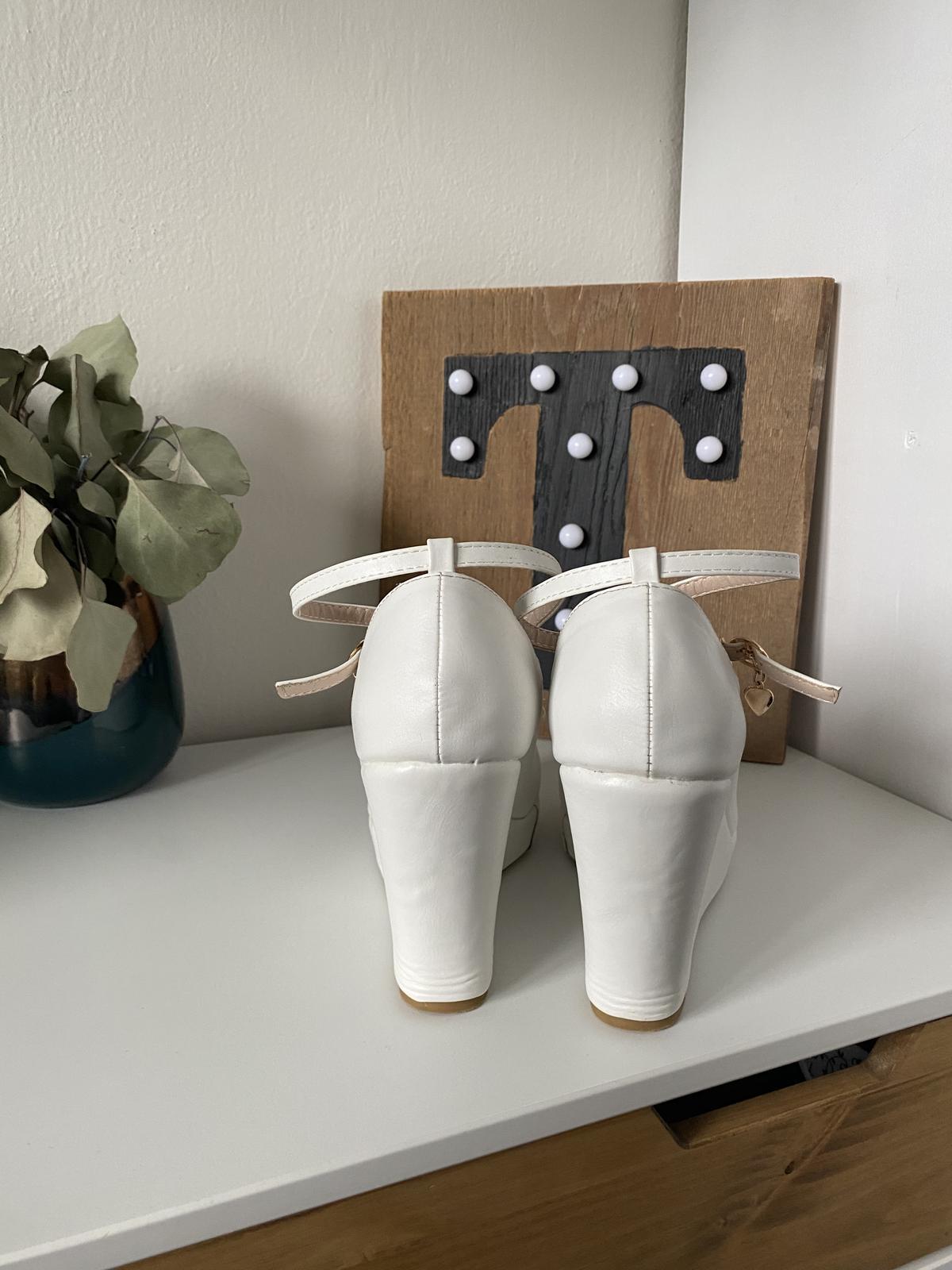 Svatební bílé boty na klínku - Obrázek č. 3