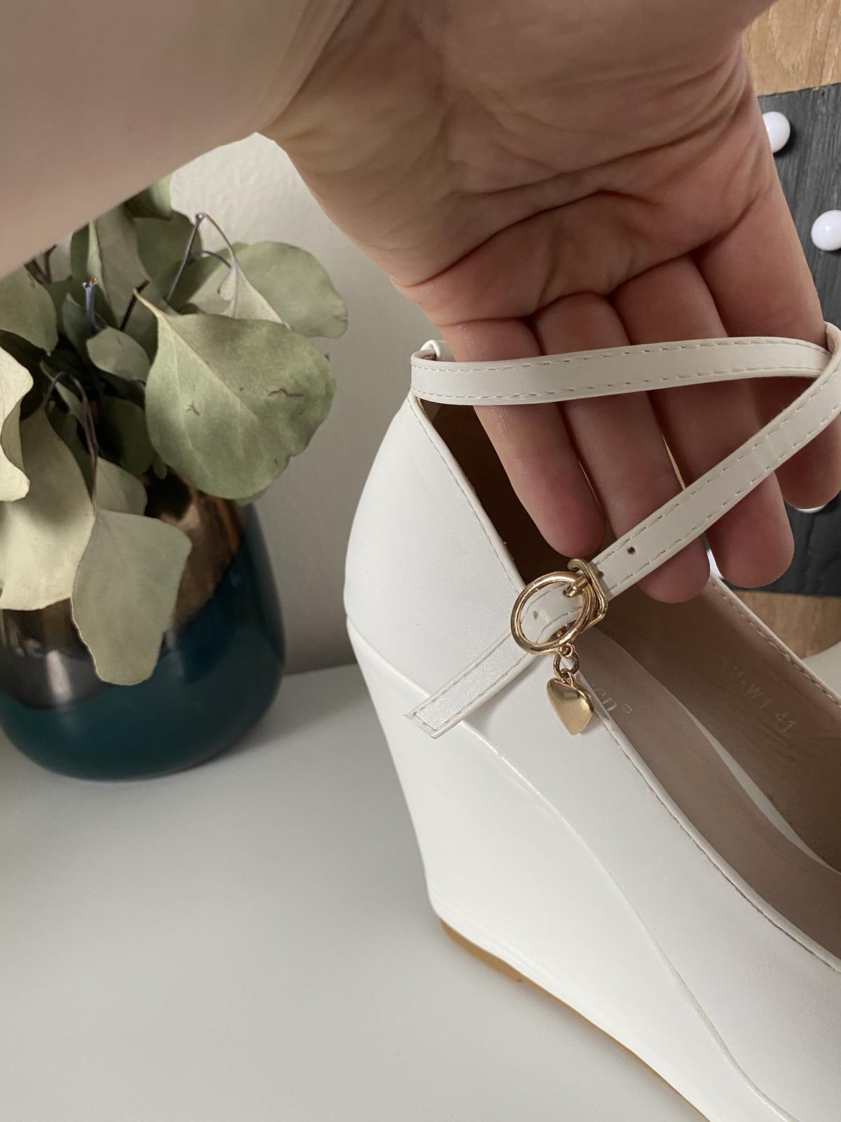 Svatební bílé boty na klínku - Obrázek č. 4
