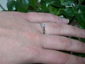 takymto krasnym briliantovym prstienkom ma prekvapil moj milacik :-)