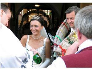 prekvapko č. 1 pred kostolom - chomút pre mladomanžela a štamprlík slivovice pre mladomanželku