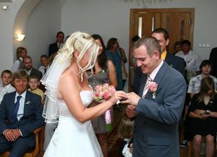 nevěsta si spletla ruku:-)