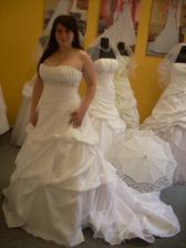 Vybrané šaty už na mě :-) Je fajn, že pod ně nepotřebuju ani podprsenku.