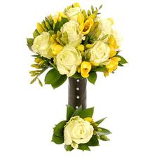 Bílé růže a žluté frézie, nebo žluté růže a bílé frézie?