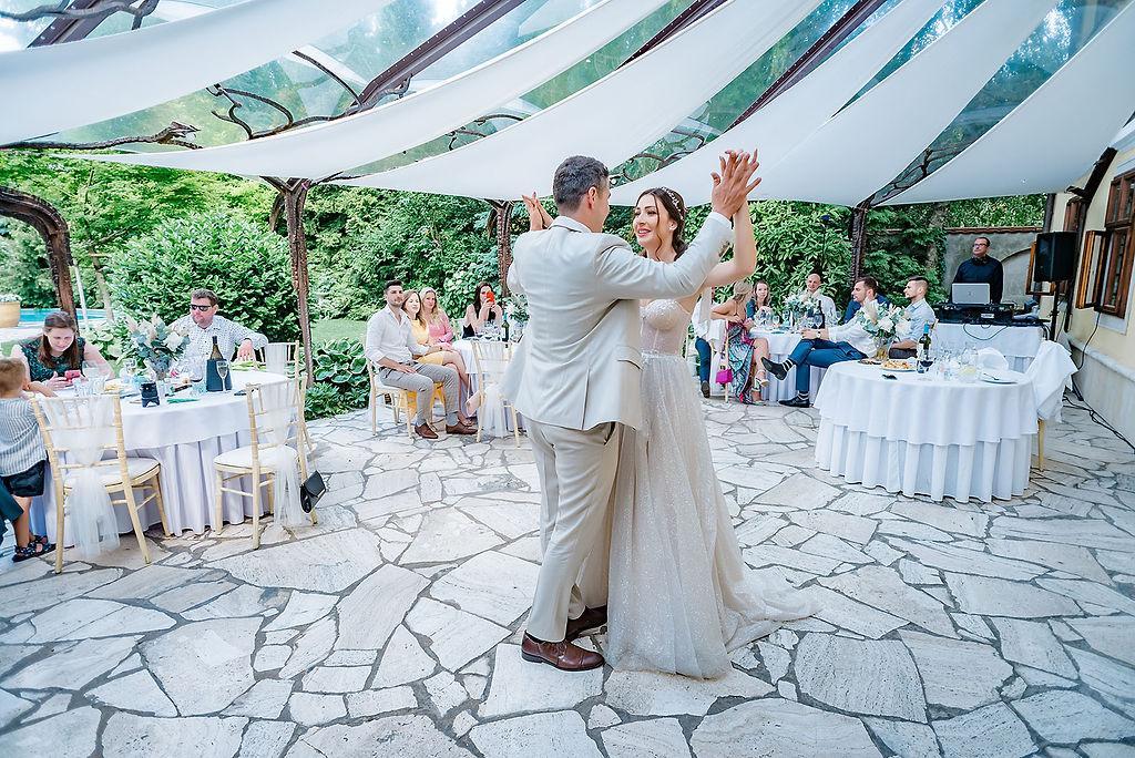 Nedeľný svadobný brunch na letnej teraske - Foto: https://www.marosmarkovic.sk/ Realizácia a priestory: www.castelmierovo.sk