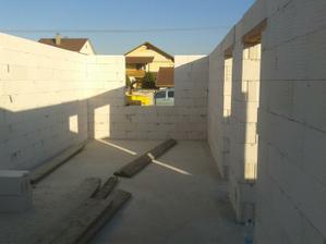 30.04. 2012 - malá detská a kúpelňa a wc ešte nepredelené priečkami