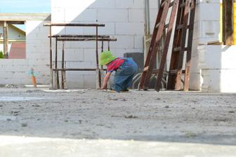 maličký sa na stavbe nikdy nenudí :)