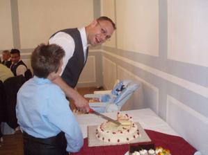 Ženich pózuje u dortu