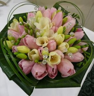 Začiatok krásnej cesty... - krásna kombinácia tulipánov a frézii...ďakujem za radu